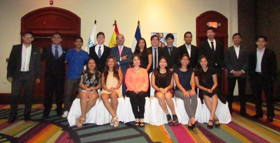 Des étudiants de El Salvador démarreront leurs études universitaires à l'UNEATLÁNTICO