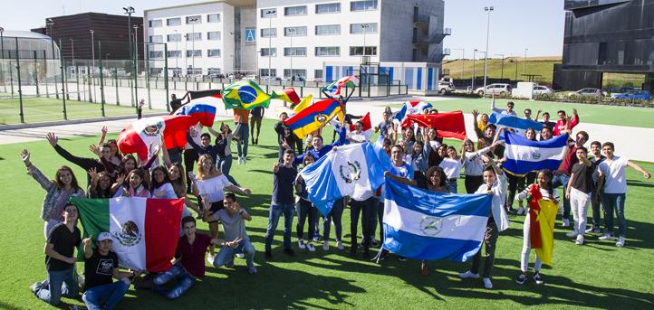 Drapeaux de tous les pays pour recevoir les étudiants internationaux de première année