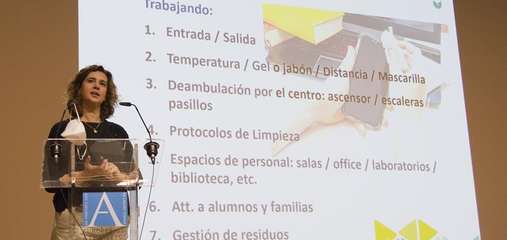 Le personnel de l'UNEATLANTICO en formation sur les règles à suivre face à la COVID-19