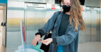 alumnos-aplicandose-desinfectante-uneatlantico