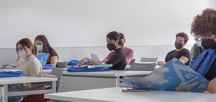 Des anciens font visiter le campus et la résidence universitaire aux nouveaux étudiants internationaux